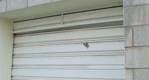 Um dos tiros atigiu a porta de uma residência