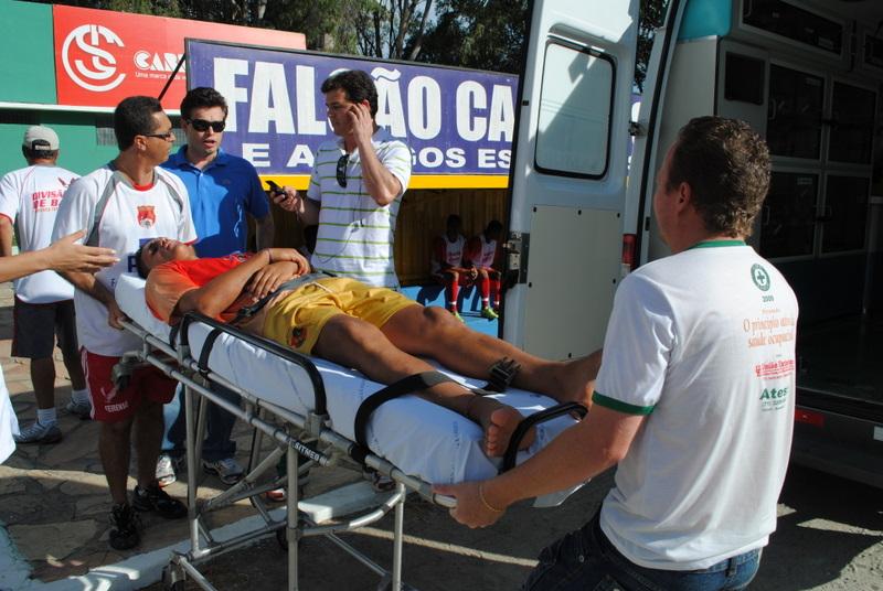 O atleta foi levado ao hospital com suspeita de fratura na clavícula.