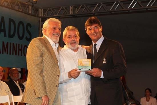 Oberdam recebeu o prêmio das mãos de Lula e Wagner