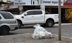 Sujeira Urbana: lixo continua sendo lançado irregularmente em avenida de Vitória da Conquista