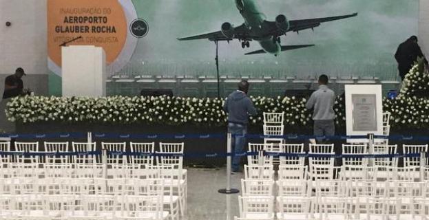 Aeroporto Glauber Rocha: palco está pronto para receber Bolsonaro; placa traz o nome de Rui e de Herzem Gusmão